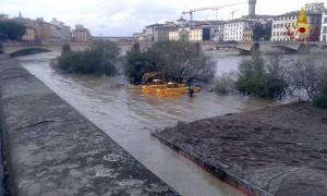 Vigili del fuoco in azione sull'Arno. 1