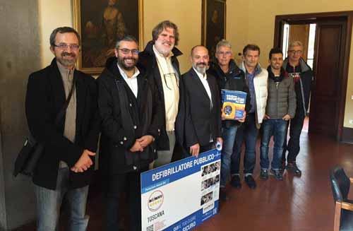 CINQUE DEFIBRILLATORI ALLA COMUNITÀ PISTOIESE DAL M5S