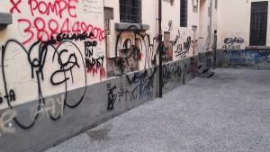 Pistoia, la corte-favela in piazzetta S. Atto