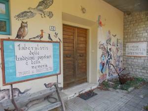 Saturnana, entrata della ex scuola elementare