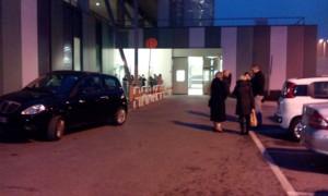 Parenti in attesa, anche fuori dall'ingresso del Pronto Soccorso