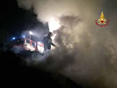 vigili del fuoco. INCENDIO AI BORDI DEL BOSCO A MONTALE