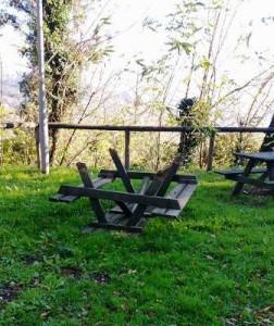 Giardino della Rocca, tavoli divelti