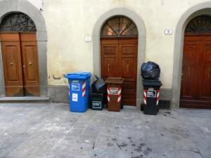 Pistoia, bidoni della spazzatura selvaggi in centro