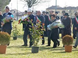 La deposizione dei fiori al monumento