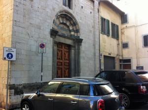 Pistoia, la regolare sosta selvaggia davanti San Michele in Cioncio