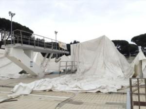 I danni alla tensostruttura della piscina di via Roma (da Il Tirreno)