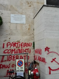 vandalismo. SFREGIO ALLA TARGA PER I MARTIRI DELLE FOIBE