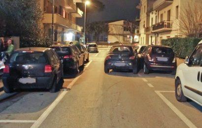 GUIDA IN STATO D'EBBREZZA E DANNEGGIA QUATTRO AUTO