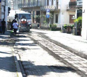 Si asfaltano le strade