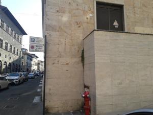 vandalismo. INSIEME AI GRAFFITI OLTRAGGIOSI, SCOMPARE ANCHE LA TARGA COMMEMMORATIVA PER I MARTIRI DELLE FOIBE