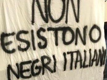 """striscione razzista. """"UN BRUTTISSIMO REGALO DI NATALE"""""""