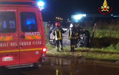 prato. INCIDENTE IN VIA BERLINGUER, AUTO FINISCE FUORI STRADA