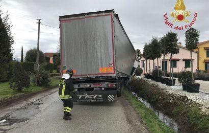 BILICO FINISCE FUORI STRADA, L'INTERVENTO DEI VIGILI DEL FUOCO