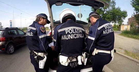 polizia municipale. FERMATO ALLA GUIDA DI UNA AUTO SENZA ASSICURAZIONE E LA PATENTE SCADUTA DA 18 ANNI