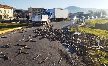 montemurlo. INCIDENTE CON PERDITA DI CARICO ALLA ROTONDA TRA VIA BERLINGUER E VIA SCARPETTINI