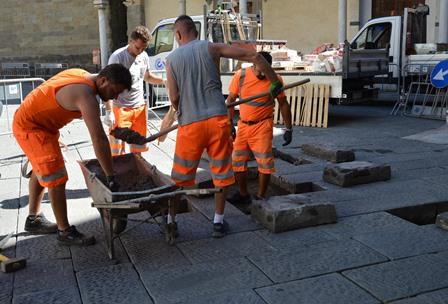 lavori. INIZIATA LA MANUTENZIONE AI LASTRICATI IN PIETRA IN PIAZZA DUOMO E VIA ROMA