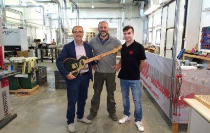 paoletti guitars. LA VISITA DEL SINDACO ALL'AZIENDA ESPORTATRICE NEL MONDO DI CHITARRE ELETTRICHE