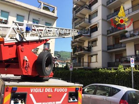 vigili del fuoco. PRINCIPIO DI INCENDIO IN CUCINA, LIMITATI I DANNI