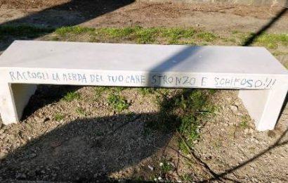SCRITTE VANDALICHE SULLE NUOVE PANCHINE DI VIA MATTEOTTI